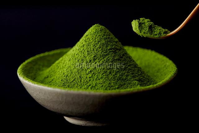 器に入った抹茶の粉の写真素材 [FYI01403346]