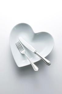 ハートの皿とフォークとナイフの写真素材 [FYI01403409]