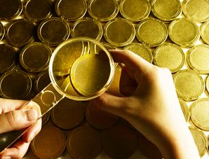 金貨と虫眼鏡の写真素材 [FYI01403447]