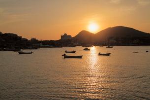 鞆の浦の鞆港と朝日の写真素材 [FYI01403567]