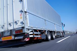 運搬のため高速道路を走るトラックの写真素材 [FYI01403832]