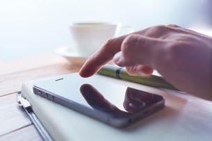 スマートフォンをタッチする男性の写真素材 [FYI01403945]