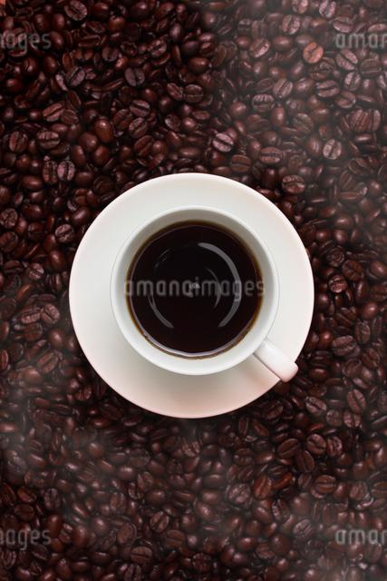 1滴のコーヒーのドリップとコーヒー豆の写真素材 [FYI01403966]