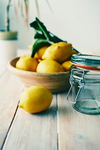 テーブルの上のレモンの写真素材 [FYI01404005]