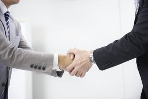 握手をするビジネスマンの写真素材 [FYI01404011]