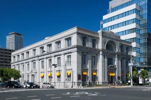神戸郵船ビルと海岸通の写真素材 [FYI01404035]