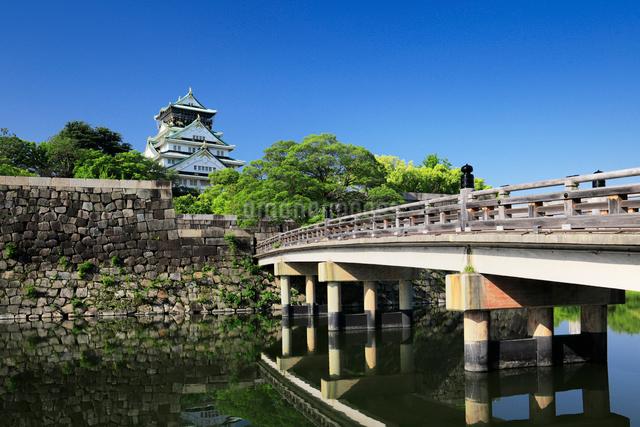 新緑の大阪城と極楽橋の写真素材 [FYI01404192]