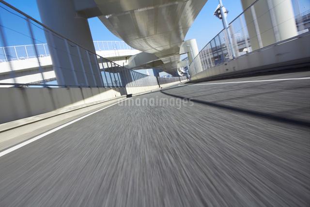 高速道路と青空の写真素材 [FYI01404267]