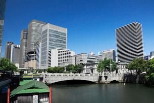 中之島のビル街と土佐堀川の写真素材 [FYI01404507]