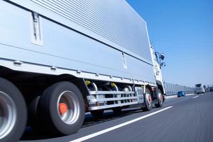 運搬のため高速道路を走るトラックの写真素材 [FYI01404664]