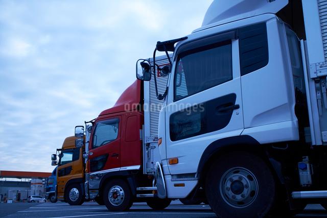 沢山のトラックが並ぶ駐車場の写真素材 [FYI01404748]