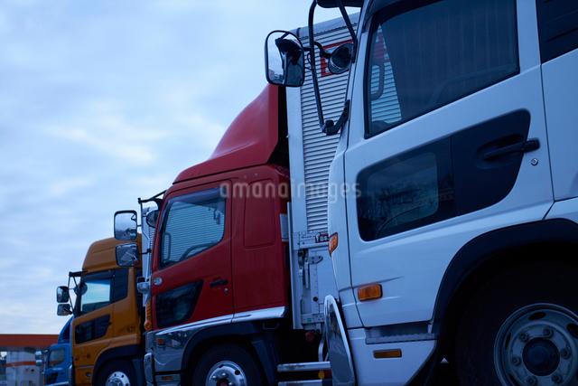 沢山のトラックが並ぶ駐車場の写真素材 [FYI01404759]