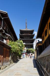 八坂の塔と八坂通の写真素材 [FYI01404932]
