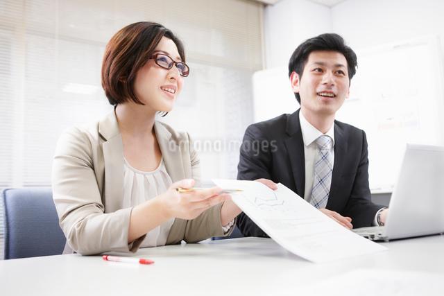 会議で提案する女性の写真素材 [FYI01405050]