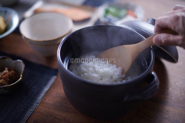 お釜で炊いたご飯の写真素材 [FYI01405056]