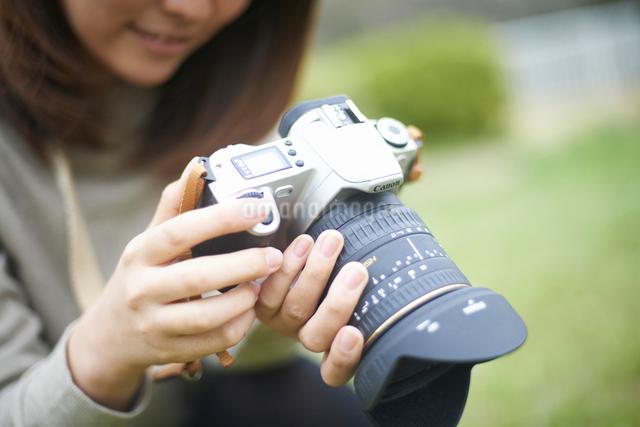 一眼レフカメラを持っている女性の写真素材 [FYI01405063]