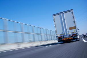 運搬のため高速道路を走るトラックの写真素材 [FYI01405099]