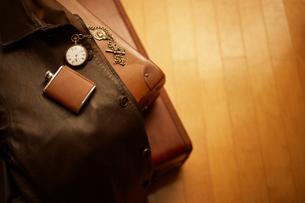 旅行鞄と懐中時計とウィスキー容器の準備の写真素材 [FYI01405122]