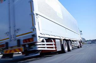 運搬のため高速道路を走るトラックの写真素材 [FYI01405181]