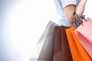 ショッピングバックを持つ女性の手の写真素材 [FYI01405196]