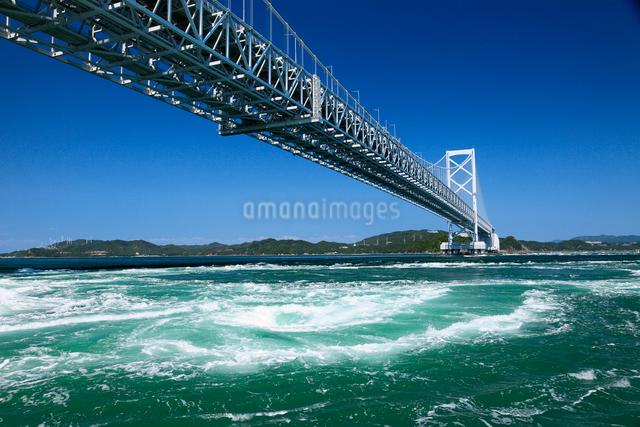 鳴門の渦潮と大鳴門橋の写真素材 [FYI01405400]