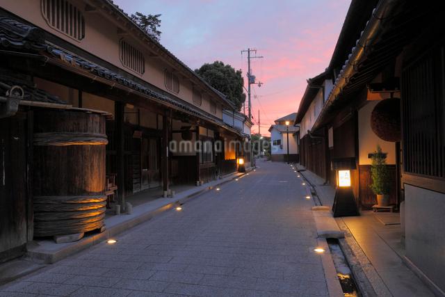 高野街道酒蔵通りの夜景の写真素材 [FYI01405474]