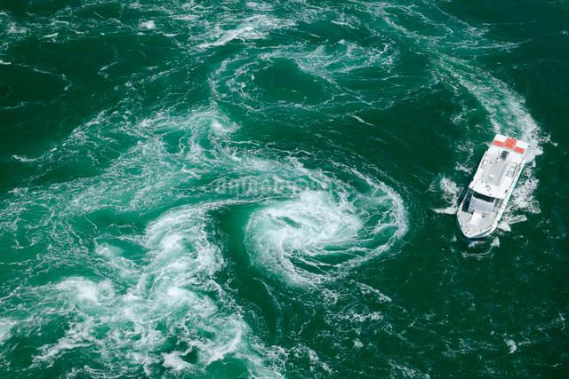 鳴門の渦潮と観潮船の写真素材 [FYI01405482]