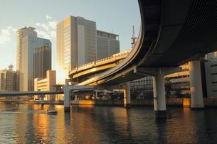 夕映えの中之島のビル街と高速道路 土佐堀川の写真素材 [FYI01405590]