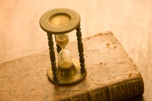 本と砂時計の写真素材 [FYI01405634]
