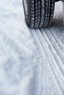 雪道の道路とタイヤの写真素材 [FYI01405638]