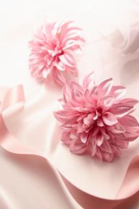 花とピンクのリボンとドレープのウェディングイメージの写真素材 [FYI01405977]