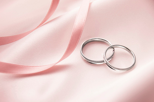 2つのリングのウェディングイメージの写真素材 [FYI01405981]