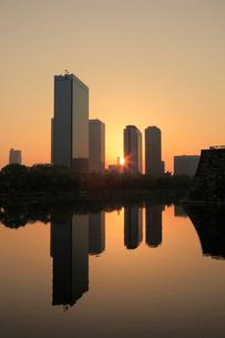 朝日と大阪ビジネスパークの写真素材 [FYI01405994]
