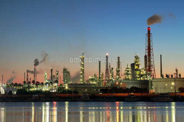 石油コンビナートと夜景の写真素材 [FYI01406016]