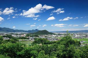 甘樫の丘より望む畝傍山と二上山の写真素材 [FYI01406040]