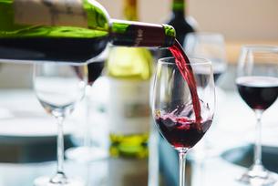 ワイングラスに注がれる赤ワインの写真素材 [FYI01406057]