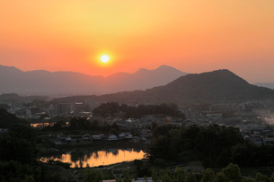甘樫の丘からの夕日と二上山の写真素材 [FYI01406211]