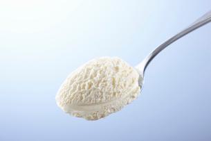スプーンの上のアイスクリームの写真素材 [FYI01406257]