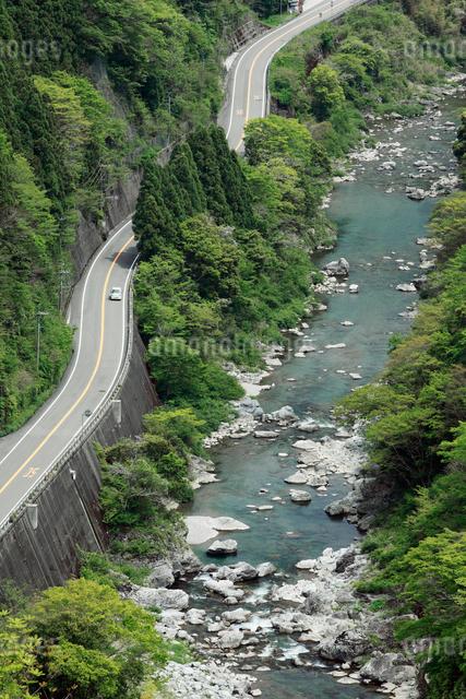 道路と渓流 穴内川の写真素材 [FYI01406269]