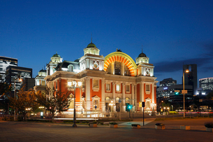 中央公会堂と夜景の写真素材 [FYI01406276]