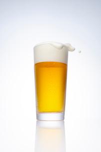 泡が踊るビールの写真素材 [FYI01406303]