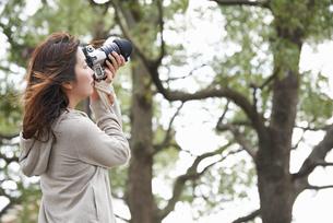一眼レフカメラで撮影する女性の写真素材 [FYI01406456]