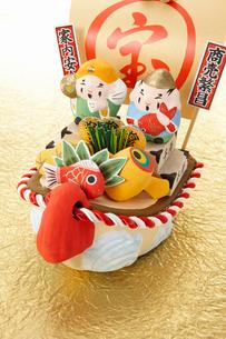 和の人形とお正月の小物の写真素材 [FYI01406590]