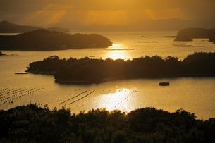 登茂山展望台より望む夕日に輝く英虞湾の写真素材 [FYI01406775]