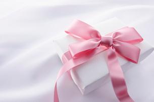 ピンクのプレゼントボックスの写真素材 [FYI01406820]
