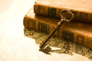 古書と鍵の写真素材 [FYI01406924]