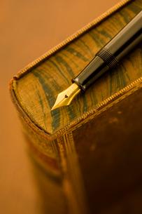 古書と万年筆の写真素材 [FYI01407051]