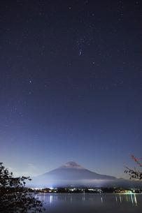 夜の富士山の風景と空と湖の写真素材 [FYI01407622]