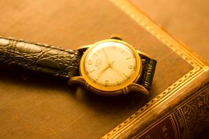 古書と腕時計の写真素材 [FYI01407683]