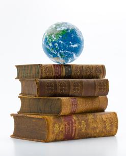 古書と地球の写真素材 [FYI01407690]
